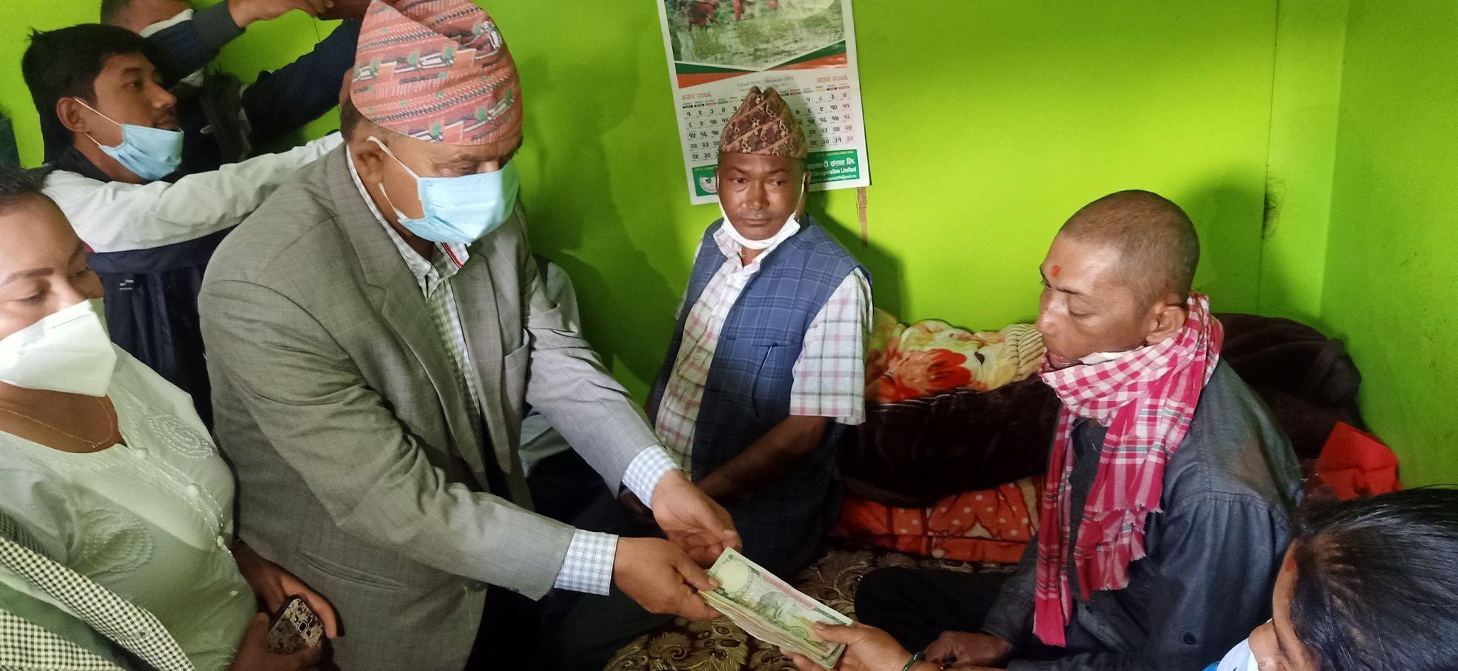 क्यान्सर पीडित नैन तामाङलाई नेकपा सिन्धुपाल्चोकले दियो आर्थिक सहयोग